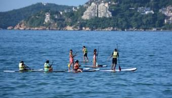 Turistas disfrutan del intenso calor de Acapulco