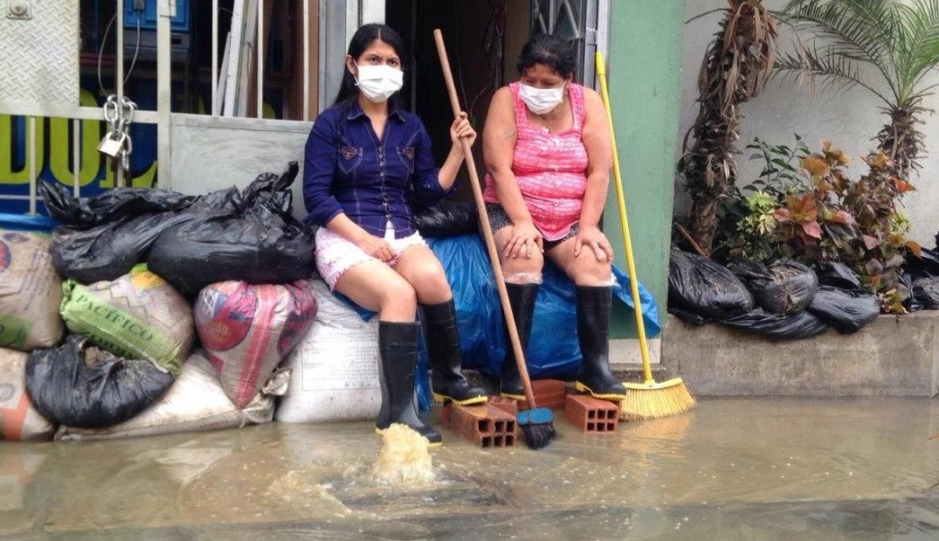 Enorme inundación de aguas residuales afecta Lima; un muerto