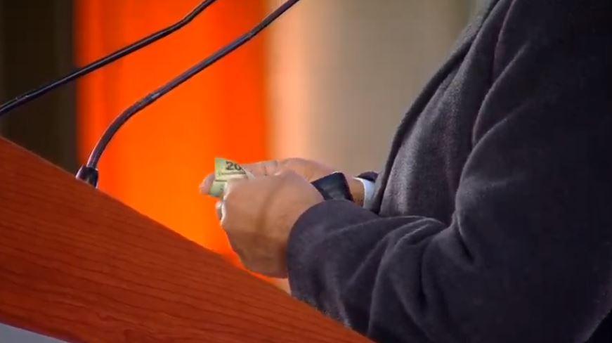 AMLO muestra su cartera y su contenido