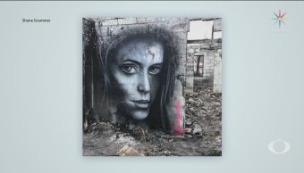 Foto: Artista pinta murales sobre escombros de incendios en California