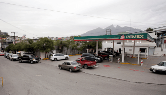 Foto: Fila de autos para comprar combustible en una gasolinera en Monterrey, México, 23 de enero de 2019