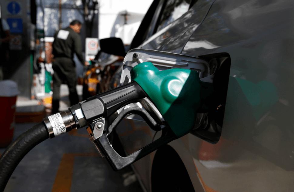 Automovilistas buscan abastecerse de gasolina en México. (AP)