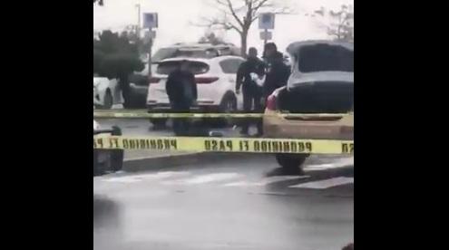 Balacera en estacionamiento centro comercial deja un muerto