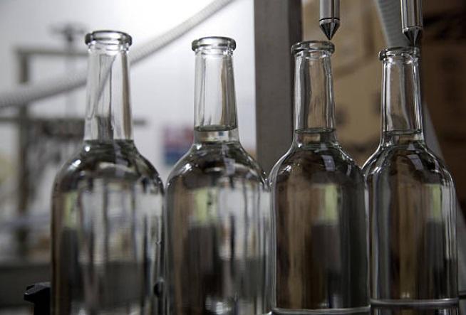 Foto: Colocan botellas debajo de una máquina de llenado de mezcal en Oaxaca 23 de enero de 2019 (Getty Images)
