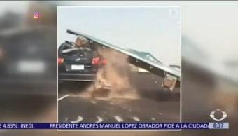 Cae letrero sobre automóvil en carretera de Melbourne, Australia