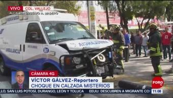 Choque entre ambulancia y taxi en Calzada de los Misterios, CDMX