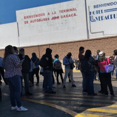 CNTE bloquea terminal de autobuses en Oaxaca