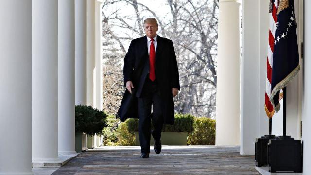 Foto: El presidente Donald Trump camina a través de la Columnata desde la Oficina Oval de la Casa Blanca, 26 enero 2019