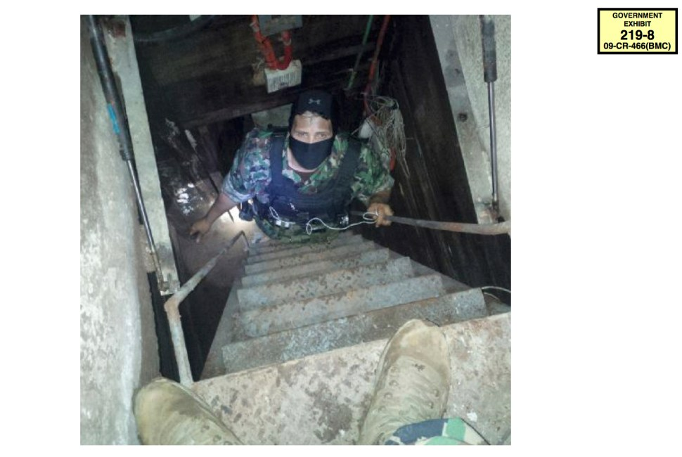 Foto de un agente de la DEA que baja por el túnel por el que escapó El Chapo en 2014