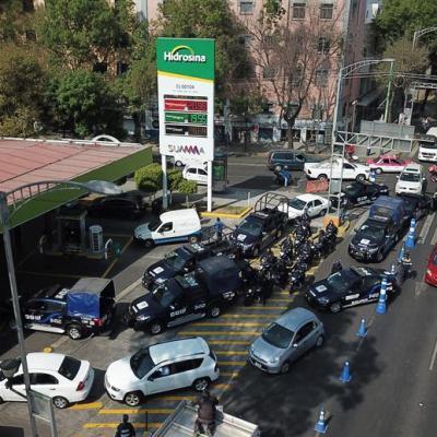 Llevar el auto a cargar gasolina, la nueva fuente de empleo