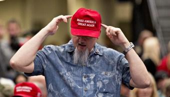 """Foto: Un hombre muestra su gorra proTrump con la leyenda """"Make America Great Again"""" el 21 de junio de 2017"""