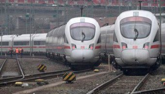 Foto: Dos trenes de alta velocidad en la ciudad alemana de Frankfurt