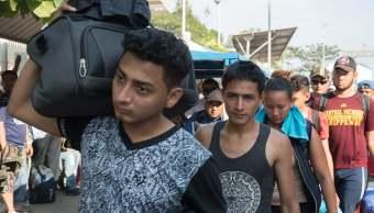 Cientos de hondureños de caravana migrante llegan a México