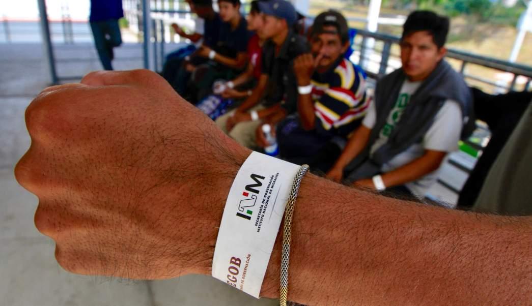 Colocan brazalete a 601 migrantes al ingresar a México