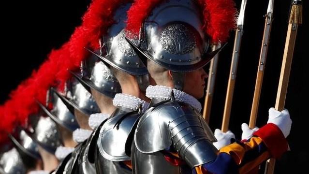 Guardia Suiza cambia cascos de metal por versión en 3D