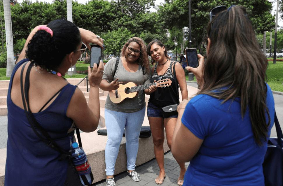 La migrante venezolana Reymar Perdomo posa con seguidores. (AP)
