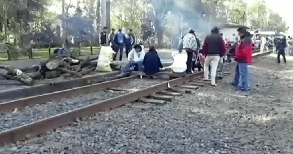 Detenidos 129 trenes por bloqueo de la CNTE a vías en Michoacán –  Noticieros Televisa