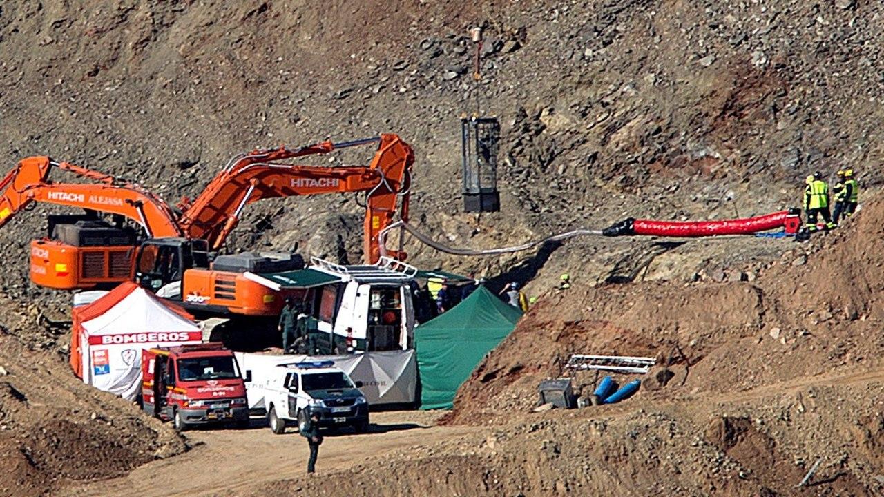 Foto: Mineros excavan galería para rescatar a niño caído en pozo, 25 enero 2019