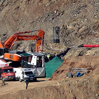 Mineros avanzan en galería para rescatar a niño que cayó a pozo en España