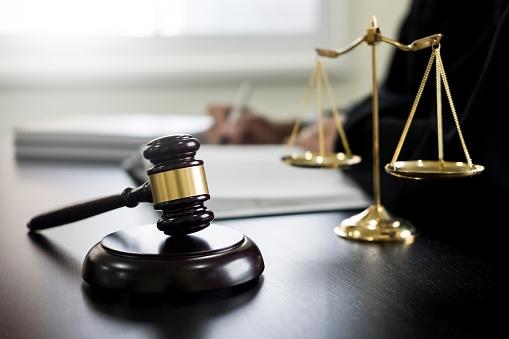 Justicia española exonera a padre de mantener a su hija