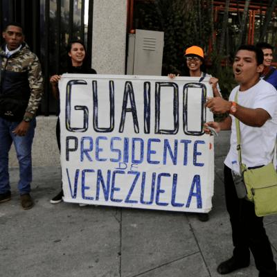 Venezuela amanece con dos presidentes; suman 26 muertos en manifestaciones
