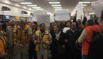 Trabajadores se manifiestan en Terminal 1 del aeropuerto