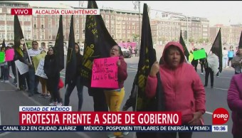 Manifestantes protestan frente a sede de Gobierno de la CDMX
