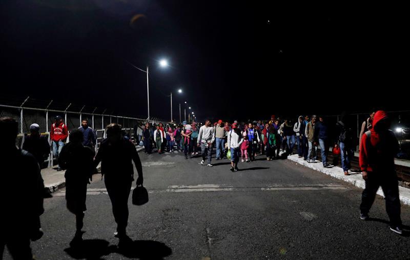 Más de mil migrantes centroamericanos irrumpen puente