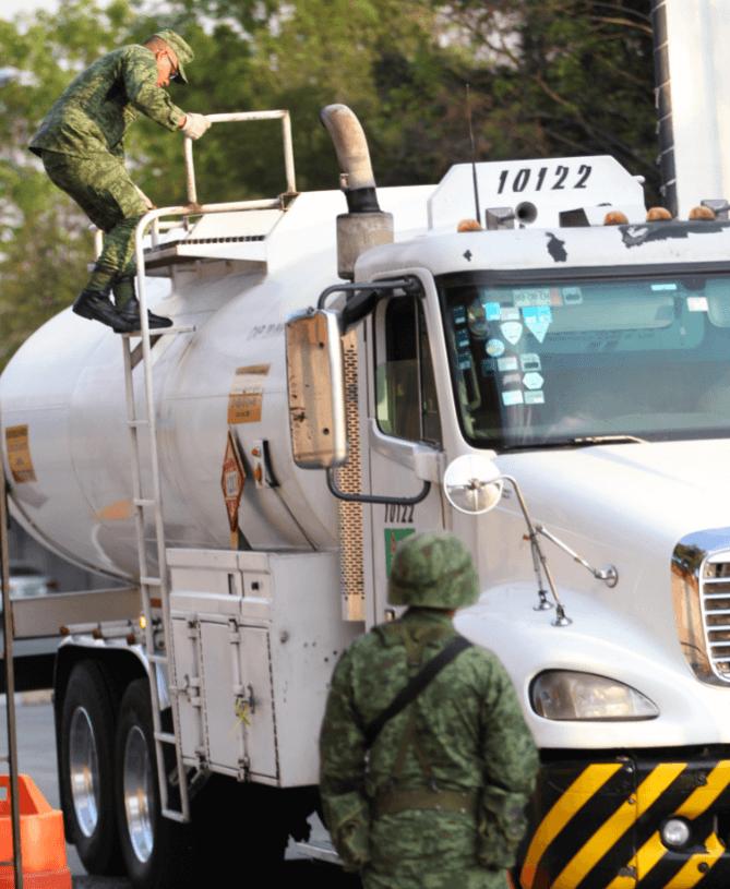 Miembros del Ejército resguardan instalaciones de distribución de combustible. (EFE)
