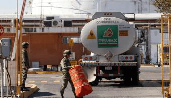 Analistas destacan errores de AMLO en distribución gasolina