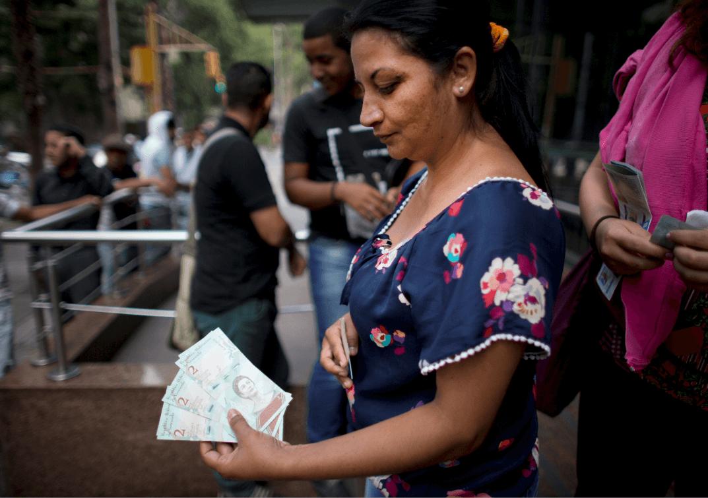 Foto: Mujer muestra billetes venezolanos, 21 agosto 2018, Caracas Venezuela