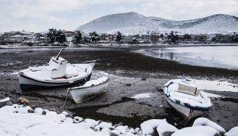 Nevada cubre las playas cercanas a Atenas, Grecia