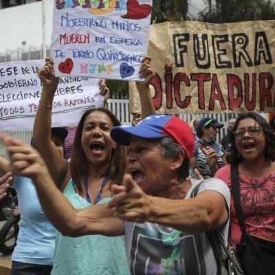 Opositores protestan para exigir el 'cese de la usurpación' de Maduro