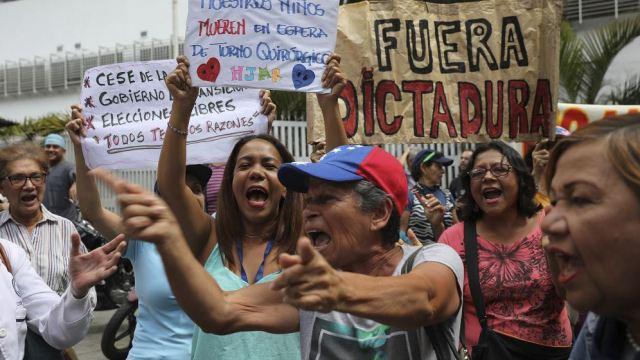 Foto: Opositores venezolanos se manifiestan en las calles de Caracas, 30 enero 2019