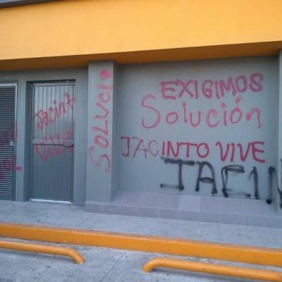 Normalistas vandalizan oficinas de gobierno en Tuxtla Gutiérrez, Chiapas