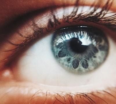 Mujer aplica crema para disfunción eréctil en ojo por mala letra del médico