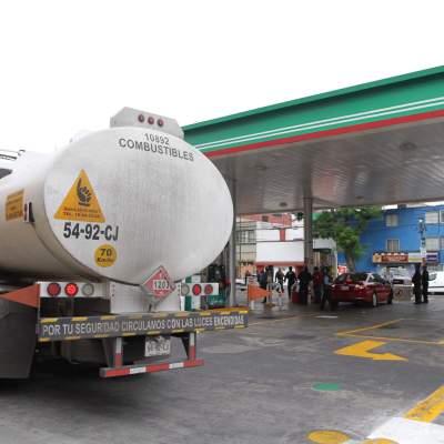 Por tierra y aire buscan pipa de gasolina robada en Jalisco