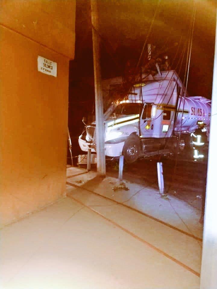 Foto: Pipa con combustible choca contra un poste en Azcapotzalco 28 enero 2019