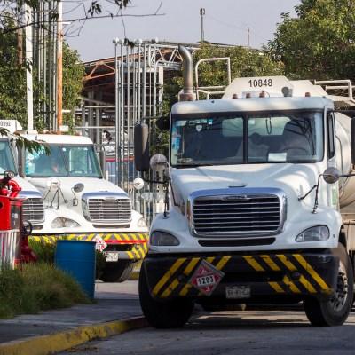 Alentados por sueldo de 29 mil mensuales, choferes hacen filas para conducir pipas de Pemex