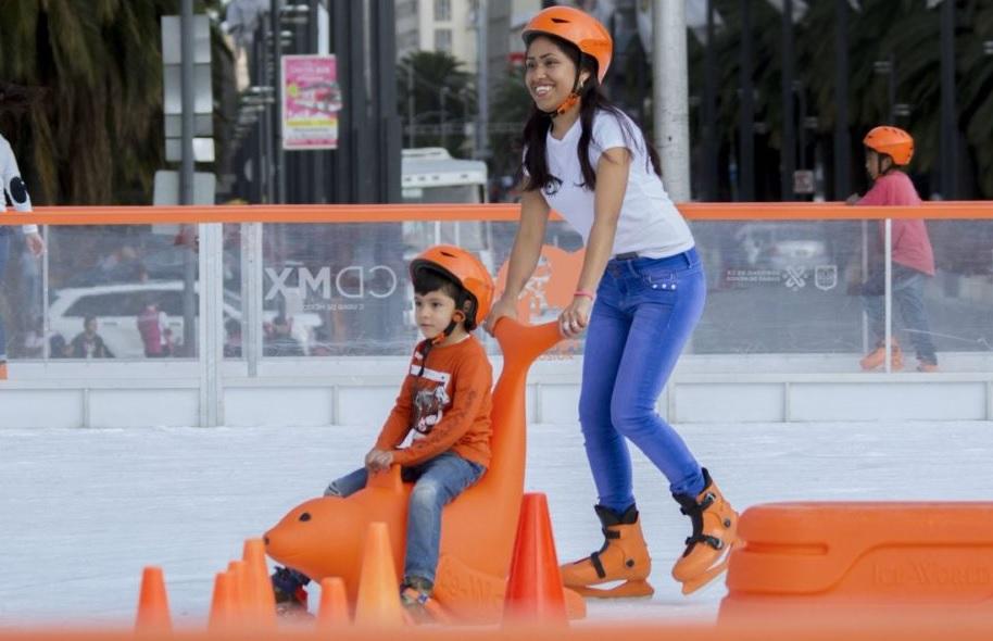 1 de enero, familiar: Capitalinos disfrutan pista de hielo del Monumento a la Revolución