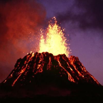 Una playa de Hawái se volvió negra tras la erupción del volcán Kilauea