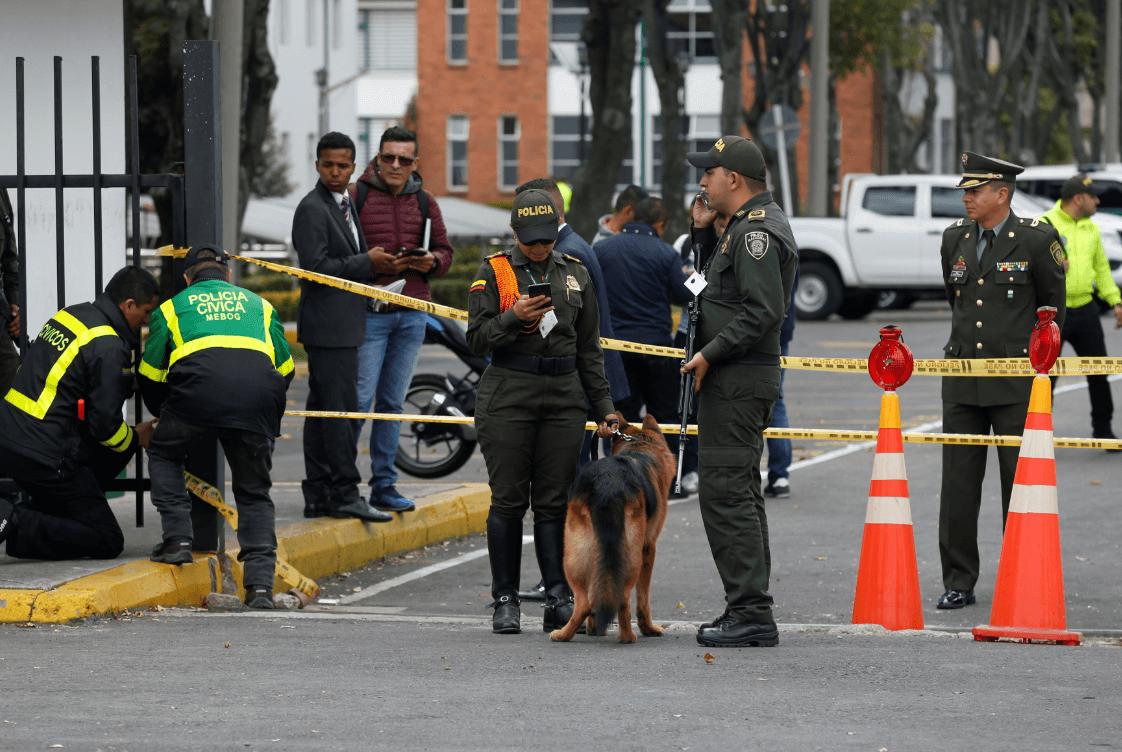 Policías colombianos en la escena del atentado. (Reuters)
