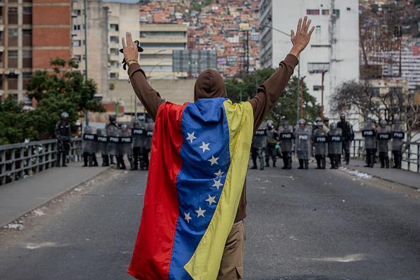 Foto: hombre envuelto en una bandera en Caracas, 23 de enero 2019