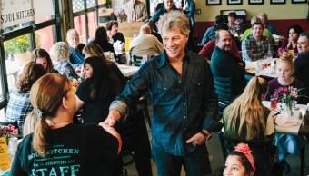 Jon Bon Jovi regala comida a empleados de gobierno de EEUU