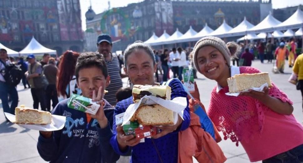 Parten mega rosca de Reyes en el Zócalo capitalino