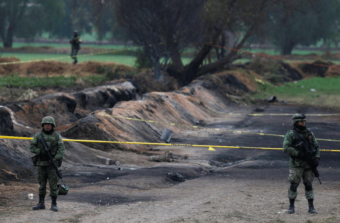 Soldados vigilan la zona de la explosión en Tlahuelilpan. (AP)