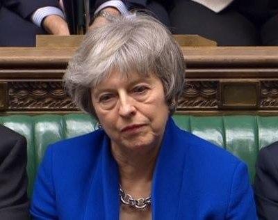 Theresa May se mantiene frente a gobierno británico; gana moción de censura