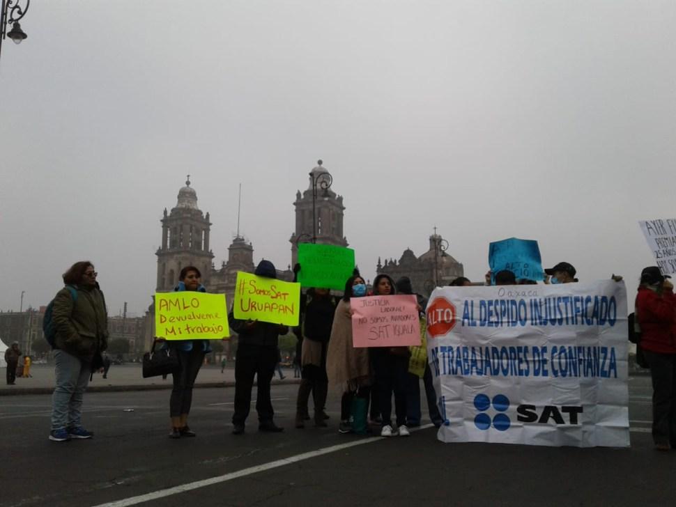Trabajadores del SAT protestan frente a Palacio Nacional