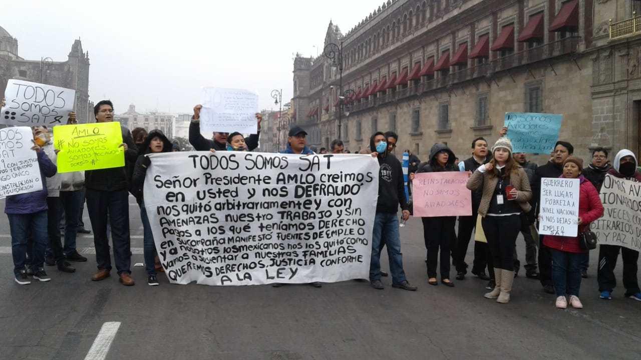 Trabajadores del SAT protestan por despidos injustificados