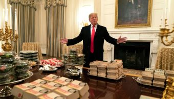 Trump recibe con miles de hamburguesas a campeones Clemson
